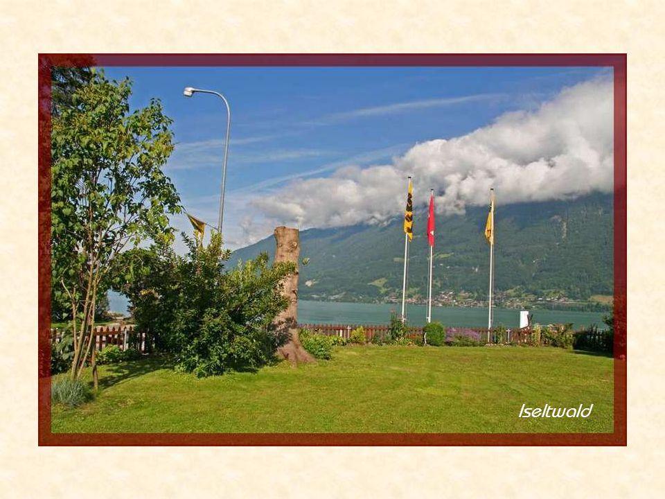 Départ par une belle journée ensoleillée de juillet 2007 en Suisse-allemande, dans le canton de Berne, au bord du lac de Brienz à Iseltwald En bateau : destination Giessbach 3 stations...