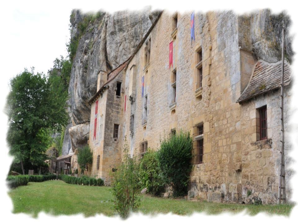 Derrière cette façade (25 mètres), on découvre de nombreuses salles taillées dans la roche.