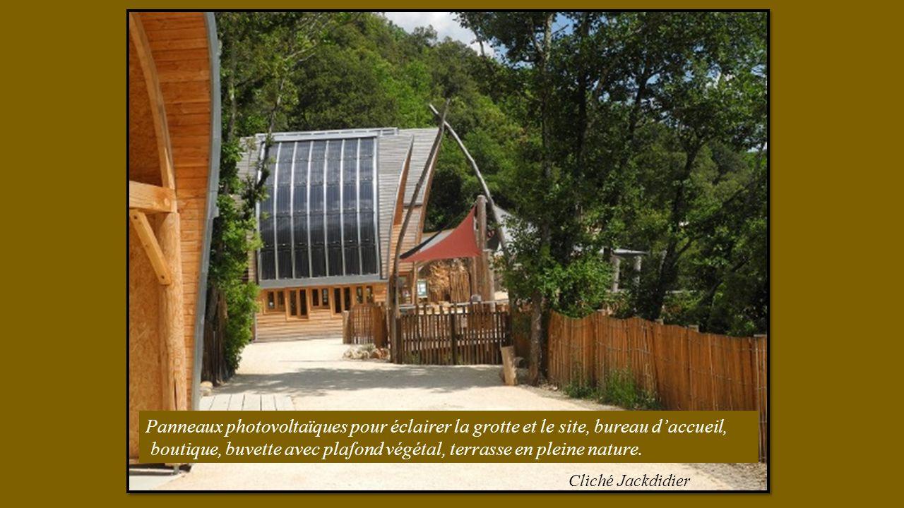 Panneaux photovoltaïques pour éclairer la grotte et le site, bureau daccueil, boutique, buvette avec plafond végétal, terrasse en pleine nature.