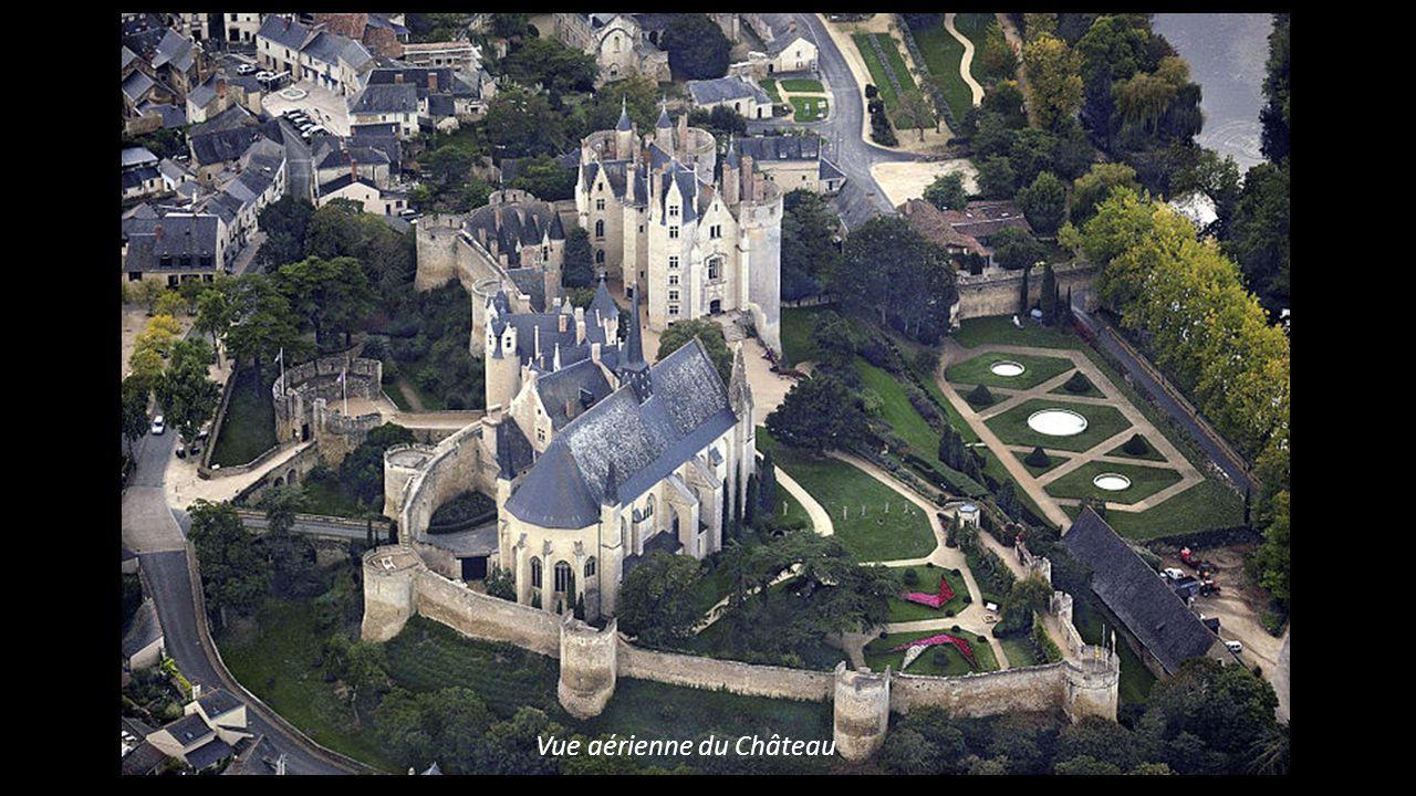 MONTREUIL – BELLAY en Maine et Loire la collégiale - le châtelet – le Château neuf Aux portes de lAnjou, localité aux tuiles, ardoises entourée de vig