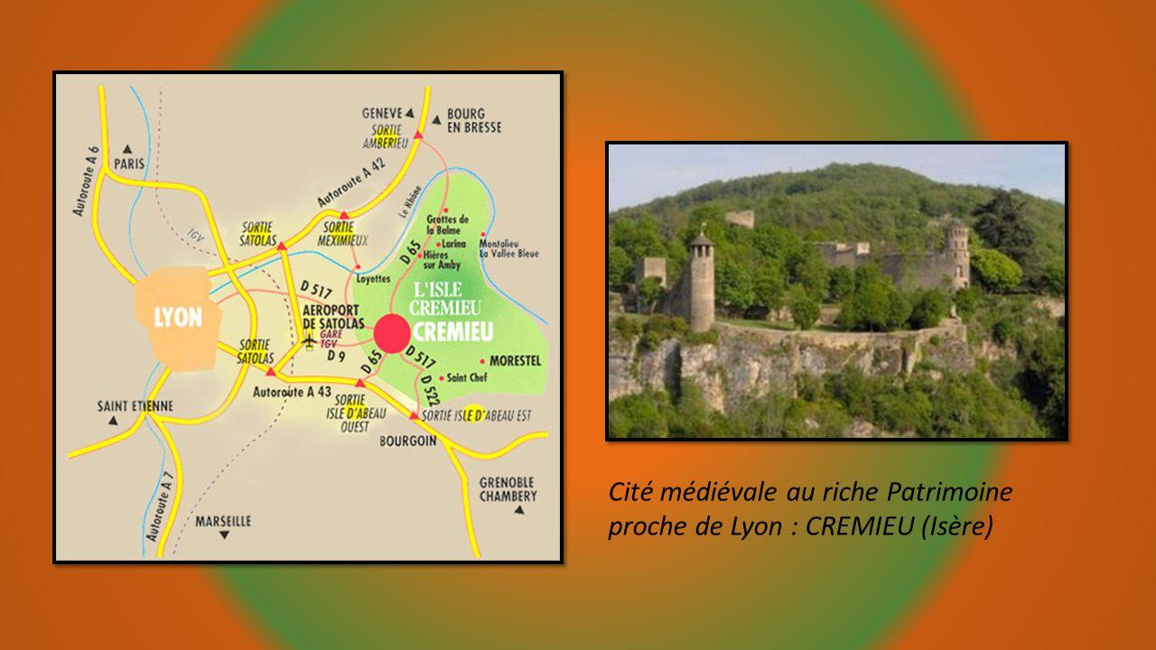 Porte de Villars et vue des toits de léglise Saint André. Châtillon sur Chalaronne une étape proche de Lyon à ne pas manquer. Station verte dans le dé