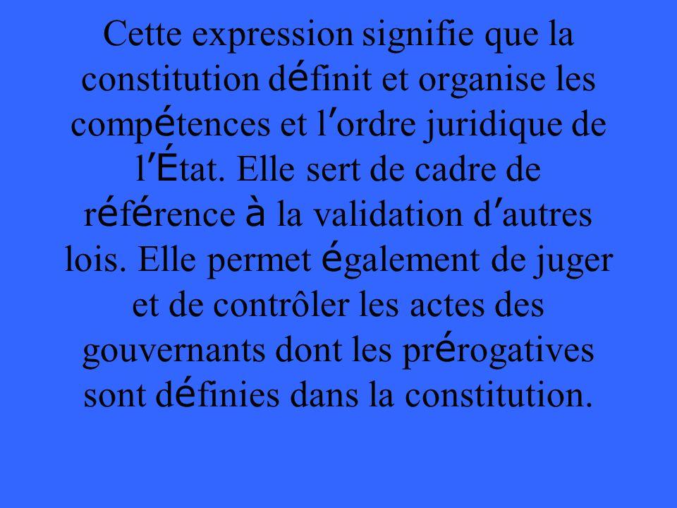 Cette expression signifie que la constitution d é finit et organise les comp é tences et l ordre juridique de l É tat.