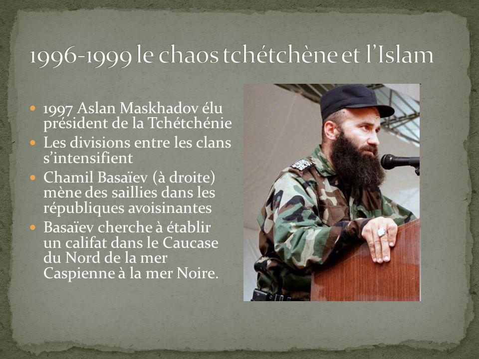 1997 Aslan Maskhadov élu président de la Tchétchénie Les divisions entre les clans sintensifient Chamil Basaïev (à droite) mène des saillies dans les