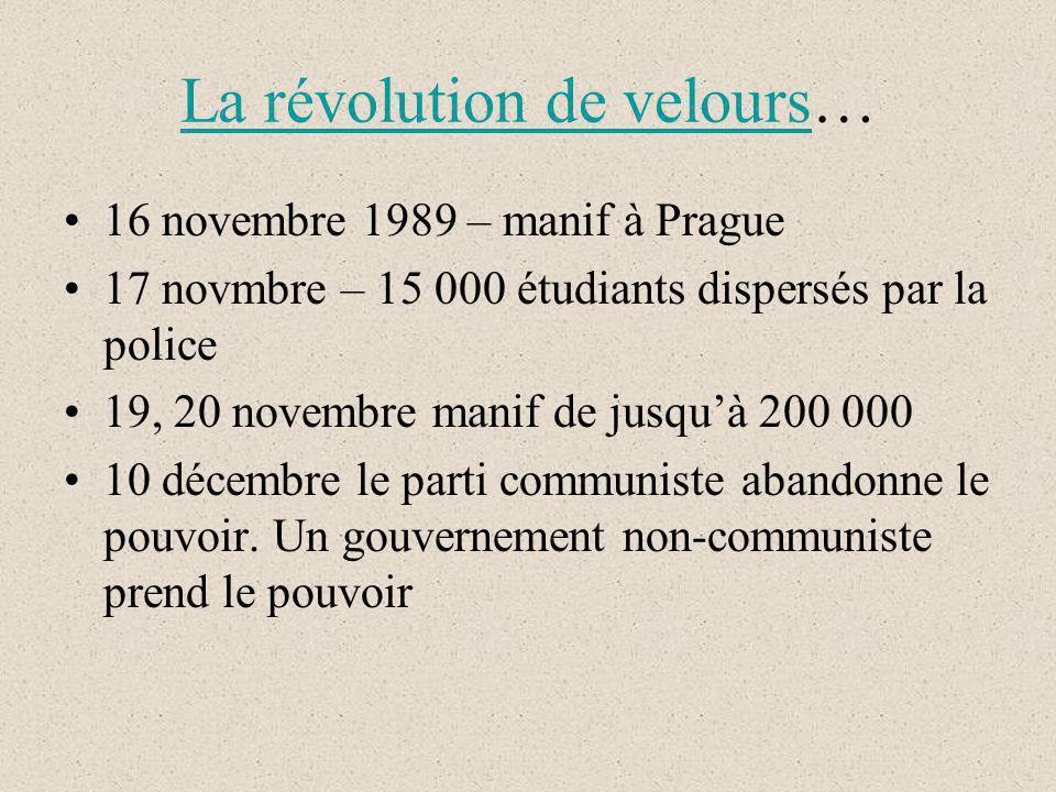 La révolution de veloursLa révolution de velours… 16 novembre 1989 – manif à Prague 17 novmbre – 15 000 étudiants dispersés par la police 19, 20 novembre manif de jusquà 200 000 10 décembre le parti communiste abandonne le pouvoir.