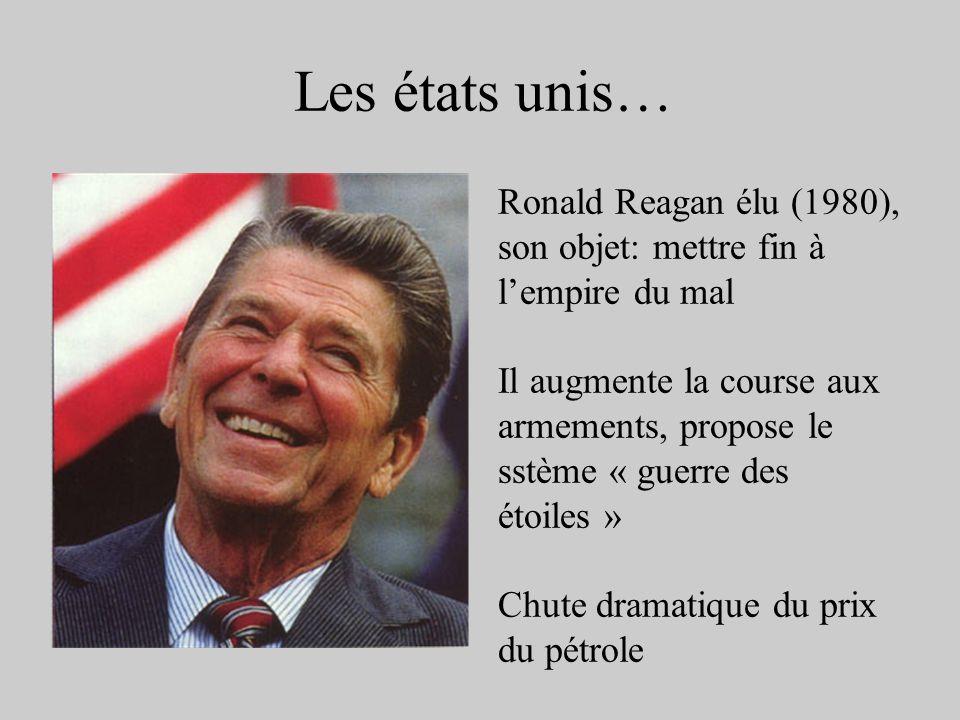 Les états unis… Ronald Reagan élu (1980), son objet: mettre fin à lempire du mal Il augmente la course aux armements, propose le sstème « guerre des é