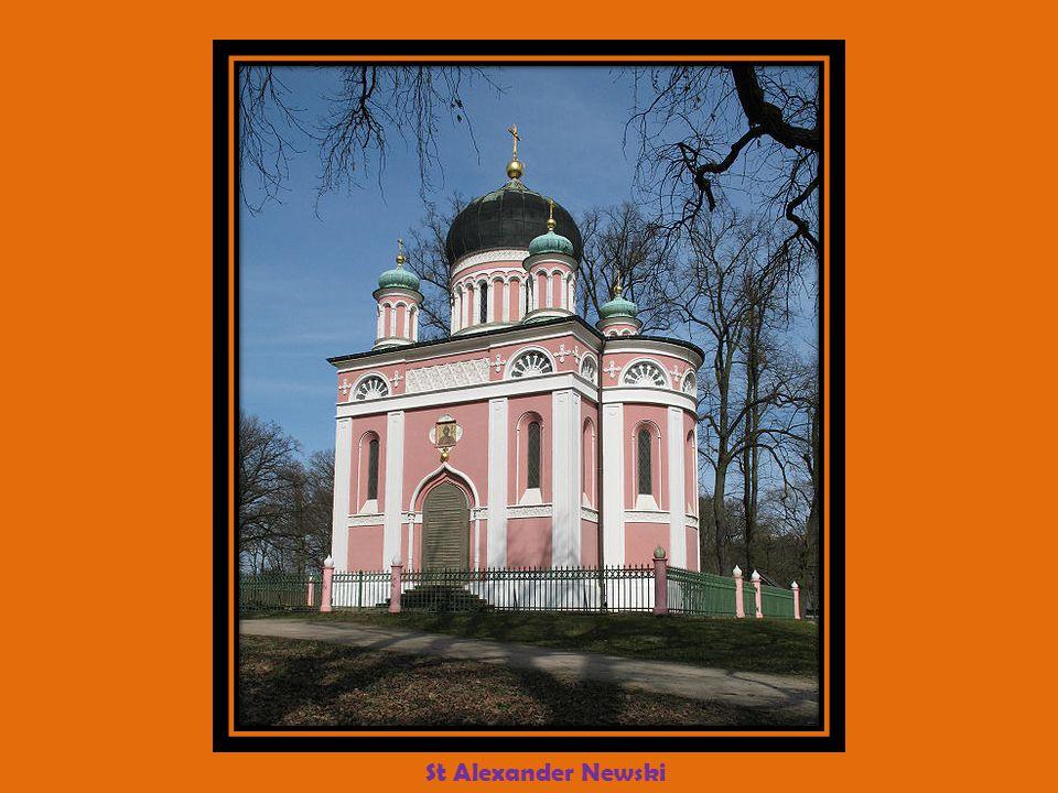 Vieux marché et église Nikolaikirche Léglise fut conçue comme principale église paroissiale de Potsdam en 1830-1837 selon des idées de Karl Friedrich Schinkel en construction centrale de style classique inspirée de la cathédrale St Paul de Londres.