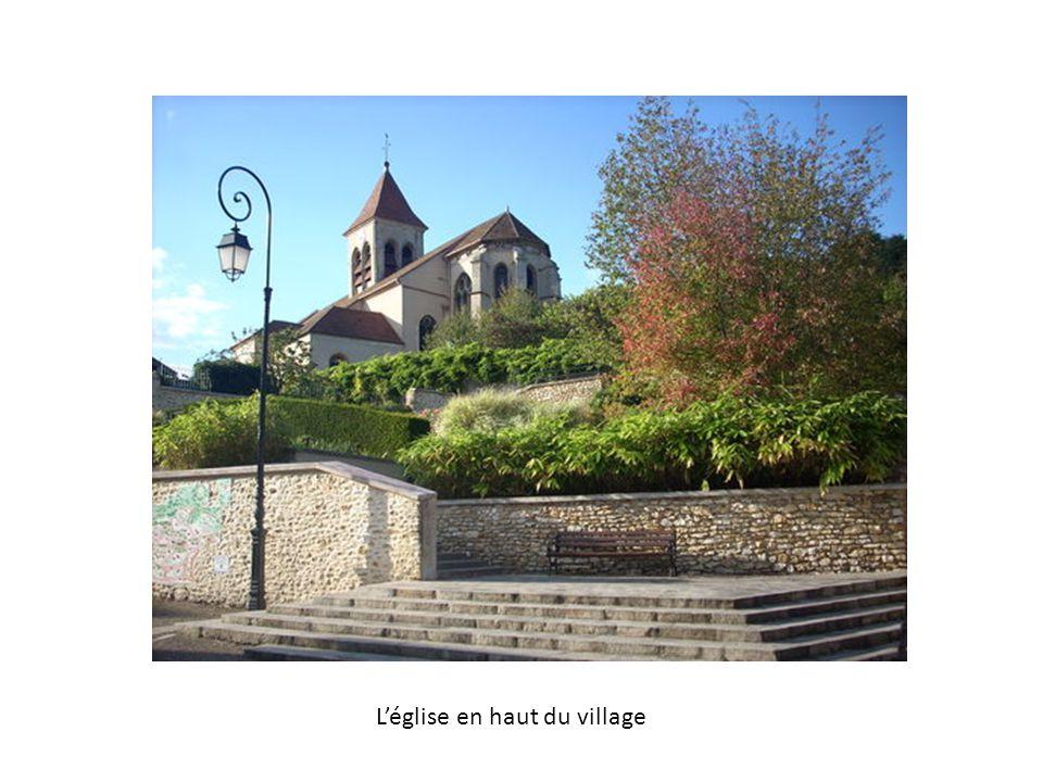 Léglise en haut du village