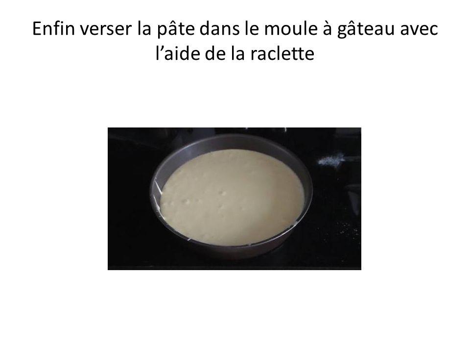 Enfin verser la pâte dans le moule à gâteau avec laide de la raclette
