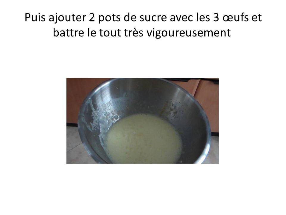 Ensuite, ajouter les 3 pots de farine et le ½ paquet de levure