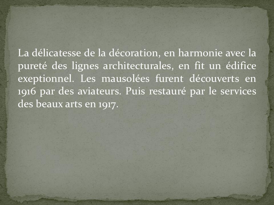 La délicatesse de la décoration, en harmonie avec la pureté des lignes architecturales, en fit un édifice exeptionnel. Les mausolées furent découverts