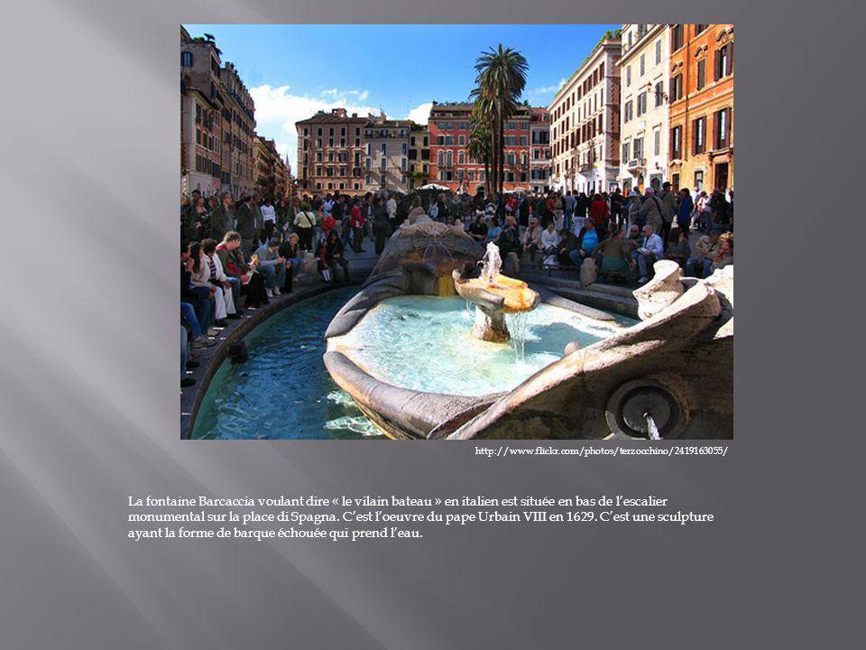 http://www.flickr.com/photos/terzocchino/2419163055/ La fontaine Barcaccia voulant dire « le vilain bateau » en italien est située en bas de lescalier monumental sur la place di Spagna.