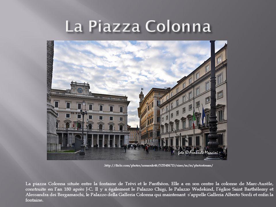 La piazza Colonna située entre la fontaine de Trévi et le Panthéon. Elle a en son centre la colonne de Marc-Aurèle, construite en lan 180 après J-C. I