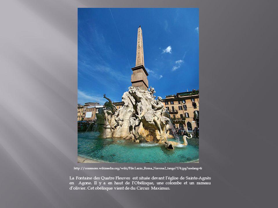La fontaine des Quatre Fleuves : - Au centre de cette fontaine il y a un obélisque portant des hiéroglyphes avec une colombe au dessus.
