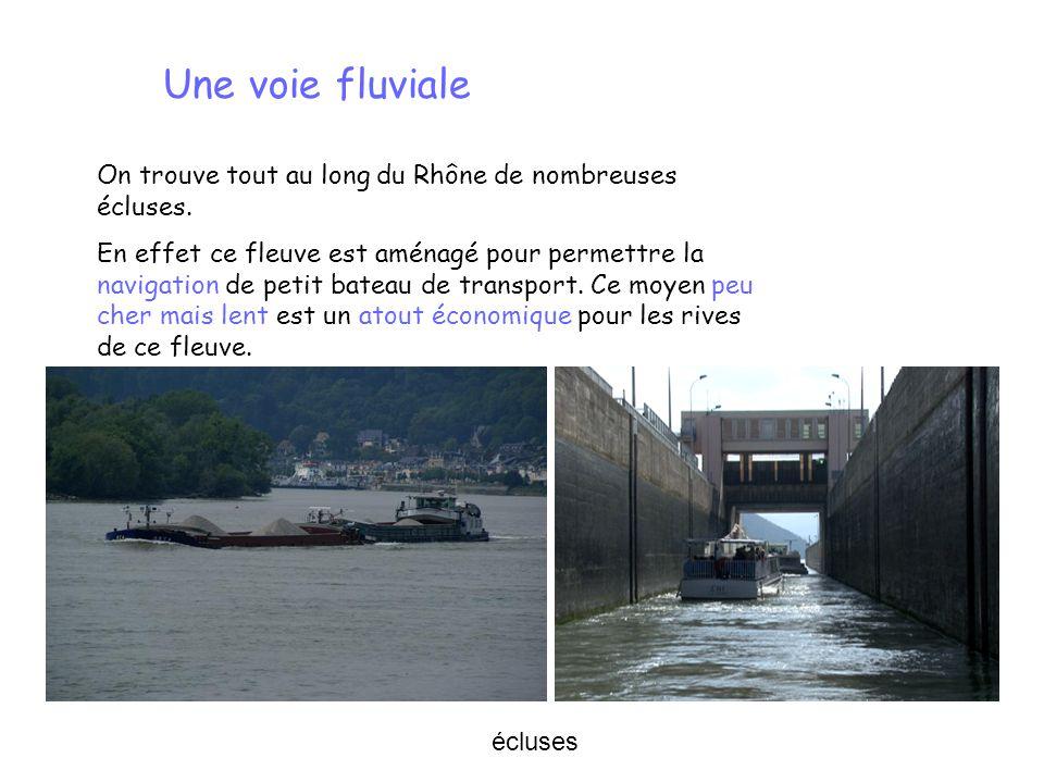 On trouve tout au long du Rhône de nombreuses écluses. En effet ce fleuve est aménagé pour permettre la navigation de petit bateau de transport. Ce mo