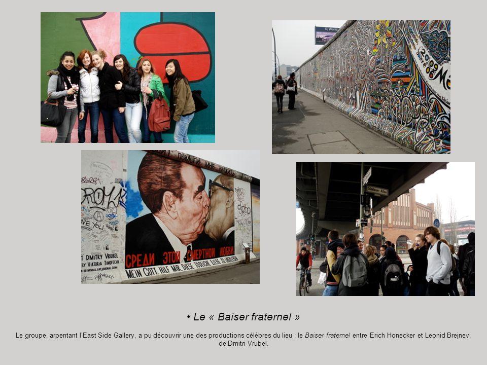 Le « Baiser fraternel » Le groupe, arpentant lEast Side Gallery, a pu découvrir une des productions célèbres du lieu : le Baiser fraternel entre Erich Honecker et Leonid Brejnev, de Dmitri Vrubel.