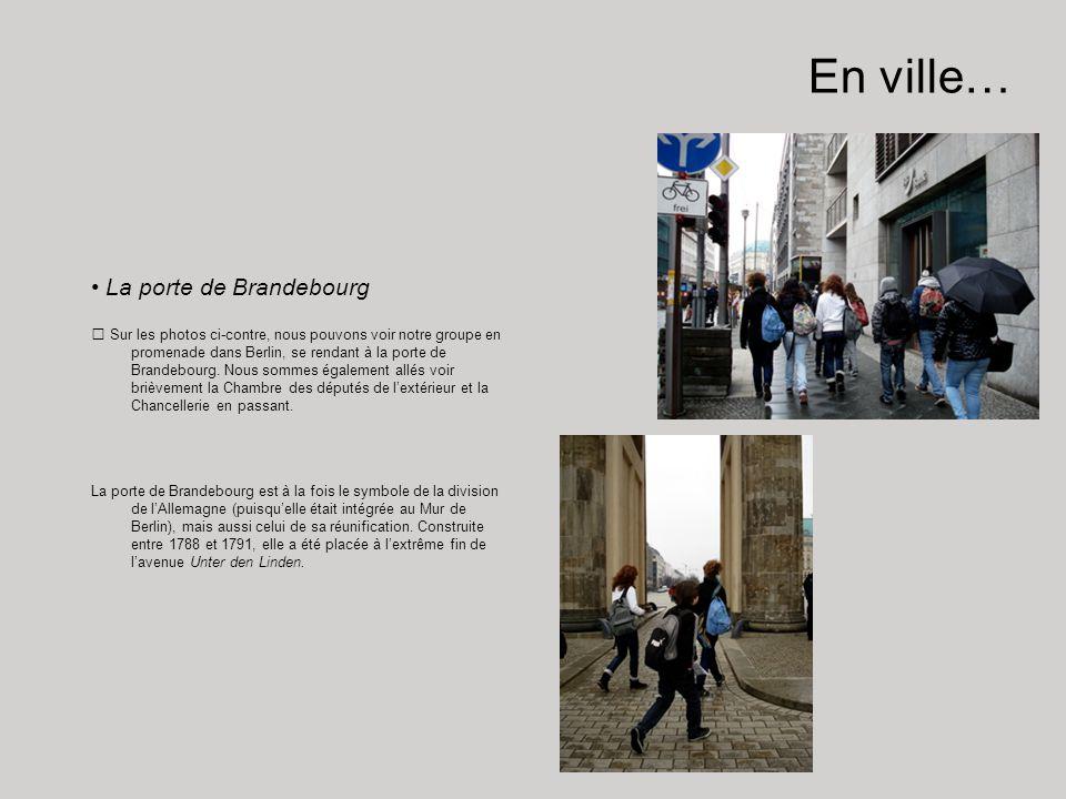 En ville… La porte de Brandebourg Sur les photos ci-contre, nous pouvons voir notre groupe en promenade dans Berlin, se rendant à la porte de Brandebo