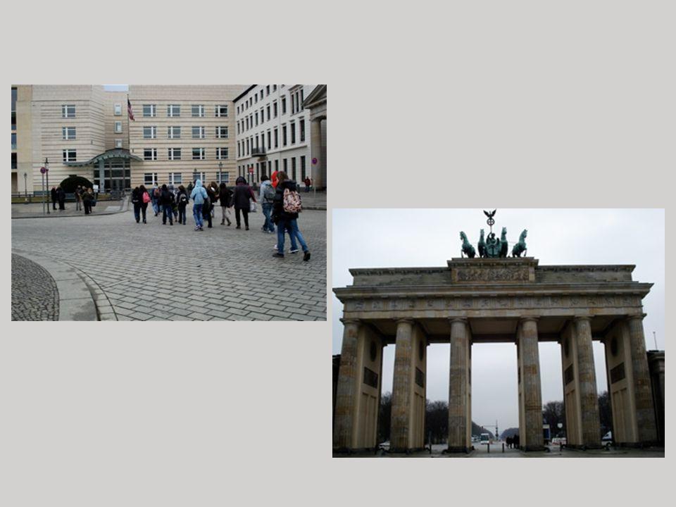 En balade… La classe dans Berlin La photo en haut à gauche montre le groupe dans le Sheunenviertel (le quartier des granges).