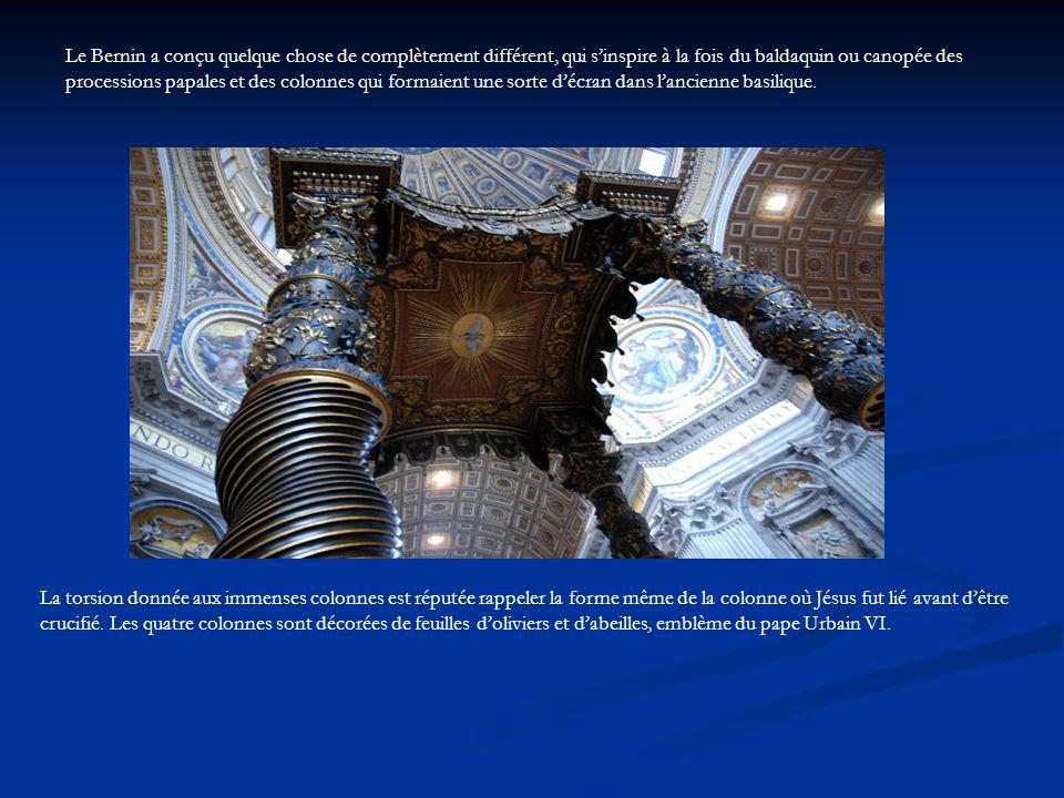 Le Bernin a conçu quelque chose de complètement différent, qui sinspire à la fois du baldaquin ou canopée des processions papales et des colonnes qui