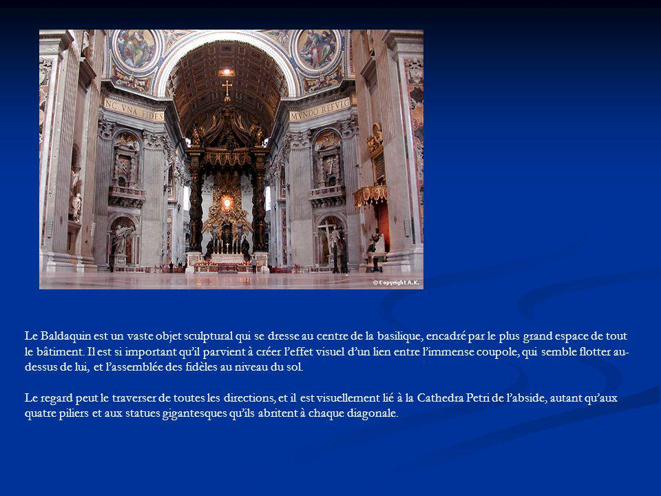 Le Baldaquin est un vaste objet sculptural qui se dresse au centre de la basilique, encadré par le plus grand espace de tout le bâtiment. Il est si im
