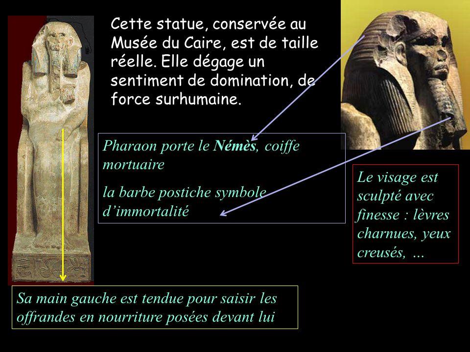 Pharaon porte le Némès, coiffe mortuaire la barbe postiche symbole dimmortalité Cette statue, conservée au Musée du Caire, est de taille réelle.