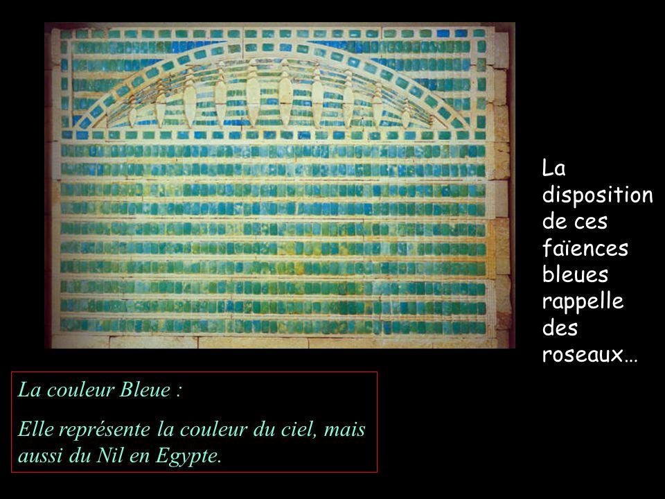 La disposition de ces faïences bleues rappelle des roseaux… La couleur Bleue : Elle représente la couleur du ciel, mais aussi du Nil en Egypte.