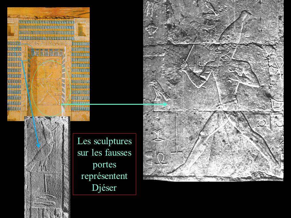 Les sculptures sur les fausses portes représentent Djéser