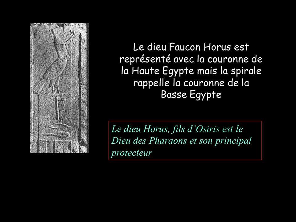 Le dieu Faucon Horus est représenté avec la couronne de la Haute Egypte mais la spirale rappelle la couronne de la Basse Egypte Le dieu Horus, fils dOsiris est le Dieu des Pharaons et son principal protecteur