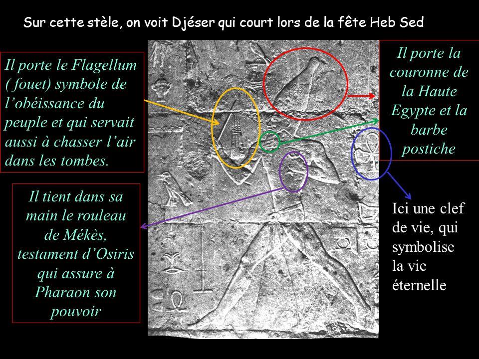 Sur cette stèle, on voit Djéser qui court lors de la fête Heb Sed Il porte le Flagellum ( fouet) symbole de lobéissance du peuple et qui servait aussi à chasser lair dans les tombes.