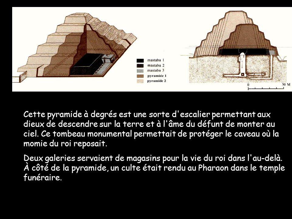 7 La pyramide à degrés : elle a été agrandie 6 fois Elle a la forme dun escalier permettant ainsi à Pharaon de monter vers le ciel et les Dieux Un puits permettait de descendre à la chambre funéraire, le caveau royal