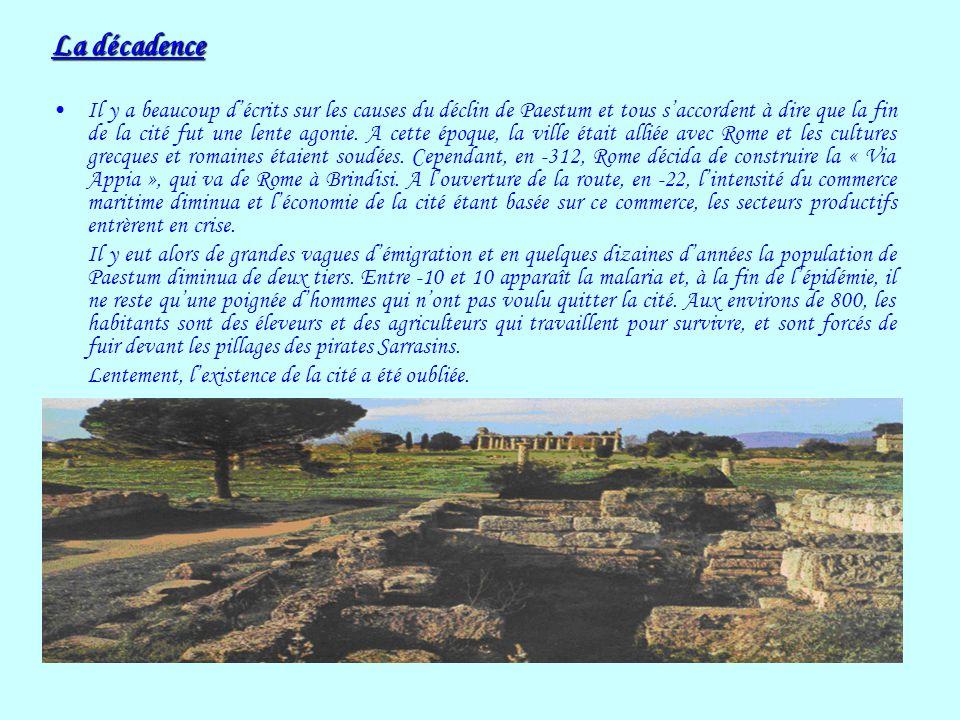 La décadence Il y a beaucoup décrits sur les causes du déclin de Paestum et tous saccordent à dire que la fin de la cité fut une lente agonie. A cette