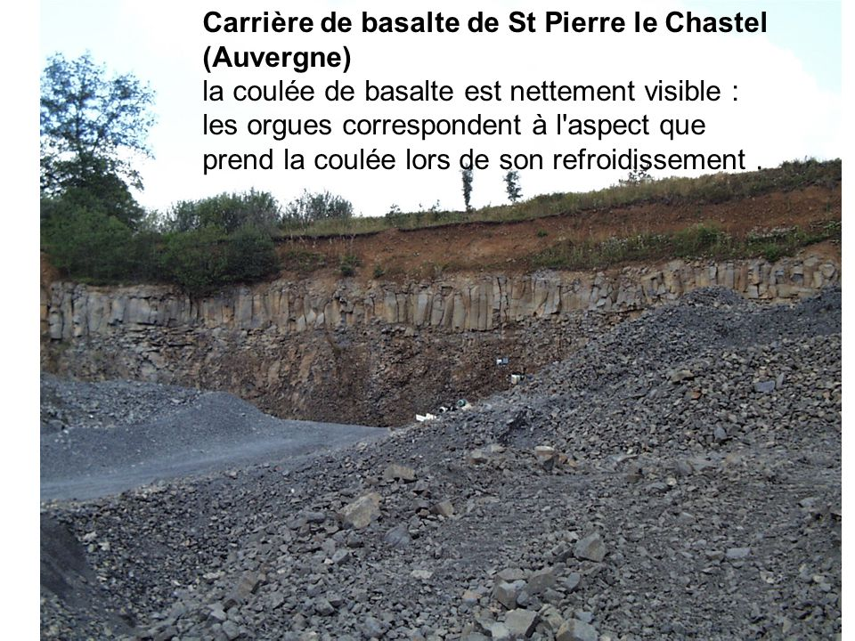 Carrière de basalte de St Pierre le Chastel (Auvergne) la coulée de basalte est nettement visible : les orgues correspondent à l aspect que prend la coulée lors de son refroidissement.