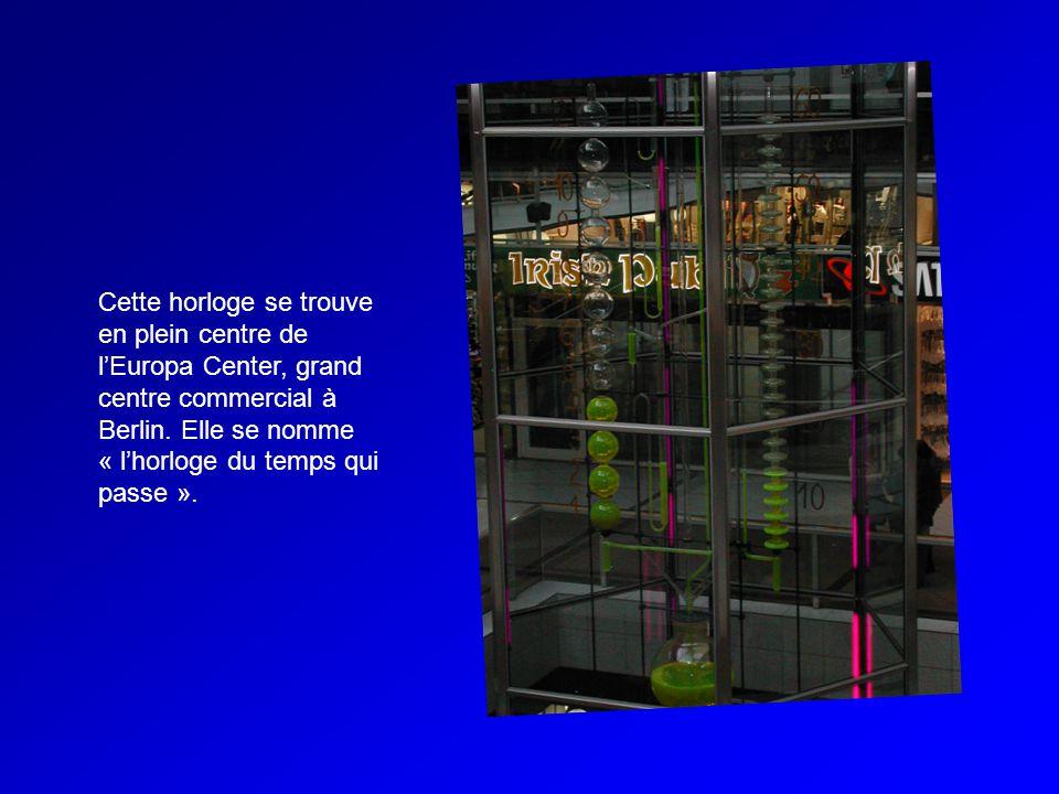 Cette horloge se trouve en plein centre de lEuropa Center, grand centre commercial à Berlin.