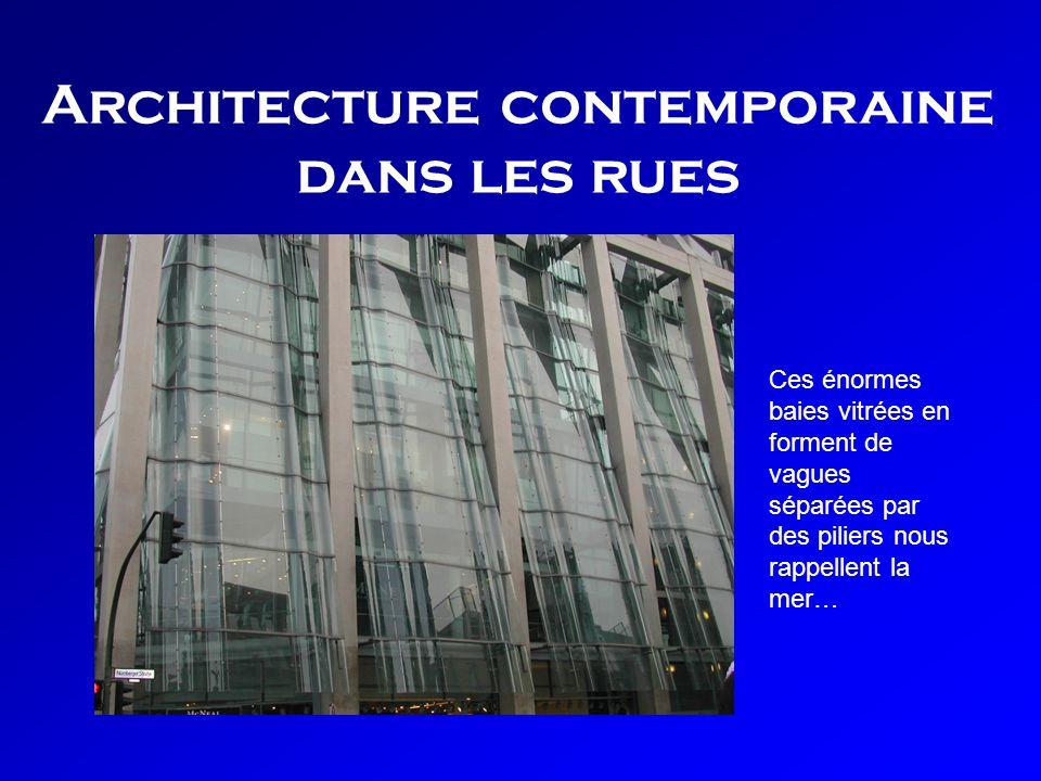 Architecture contemporaine dans les rues Ces énormes baies vitrées en forment de vagues séparées par des piliers nous rappellent la mer…