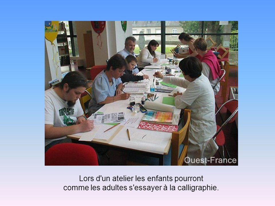 Lors d un atelier les enfants pourront comme les adultes s essayer à la calligraphie.