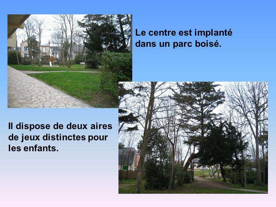 Le centre est implanté dans un parc boisé.