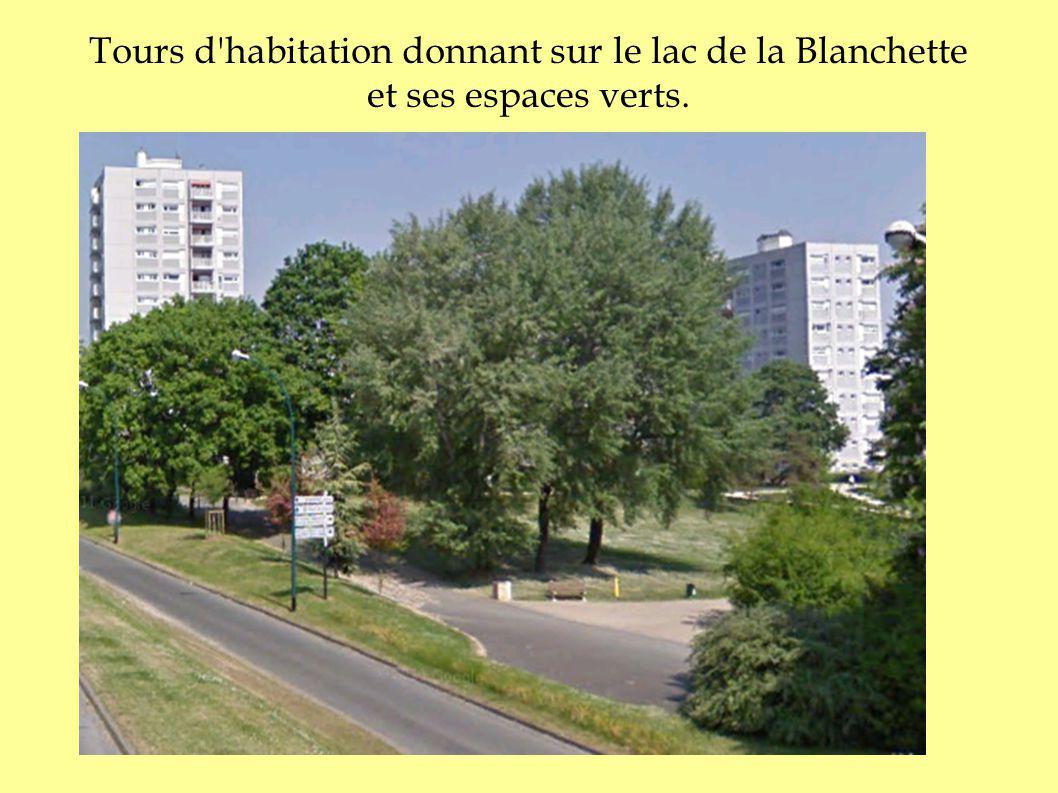 Tours d'habitation donnant sur le lac de la Blanchette et ses espaces verts.