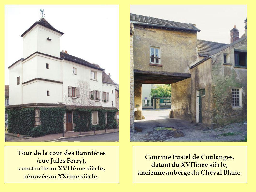 Clocher datant du XIIIème siècle, dernier vestige de l église détruite par Un bombardement en 1944.