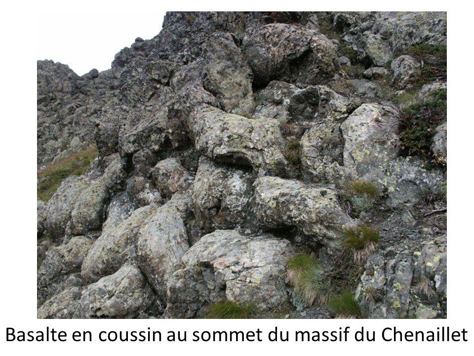 Basalte en coussin au sommet du massif du Chenaillet