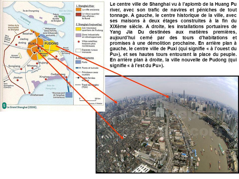 Le centre ville de Shanghai vu à laplomb de la Huang Pu river, avec son trafic de navires et péniches de tout tonnage. A gauche, le centre historique