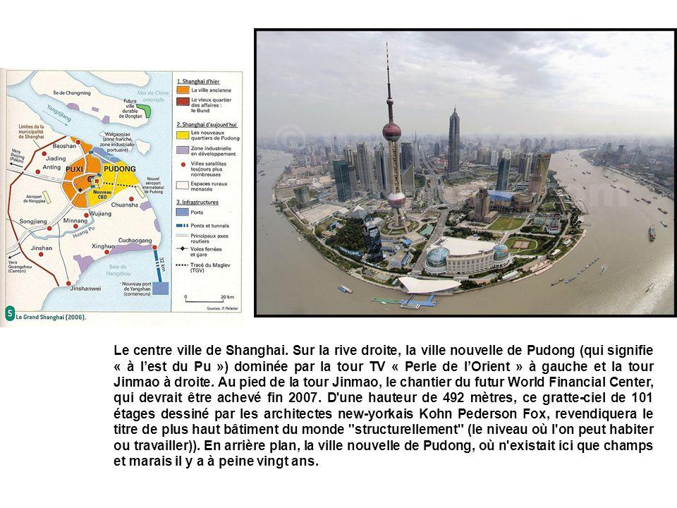 Le centre ville de Shanghai. Sur la rive droite, la ville nouvelle de Pudong (qui signifie « à lest du Pu ») dominée par la tour TV « Perle de lOrient