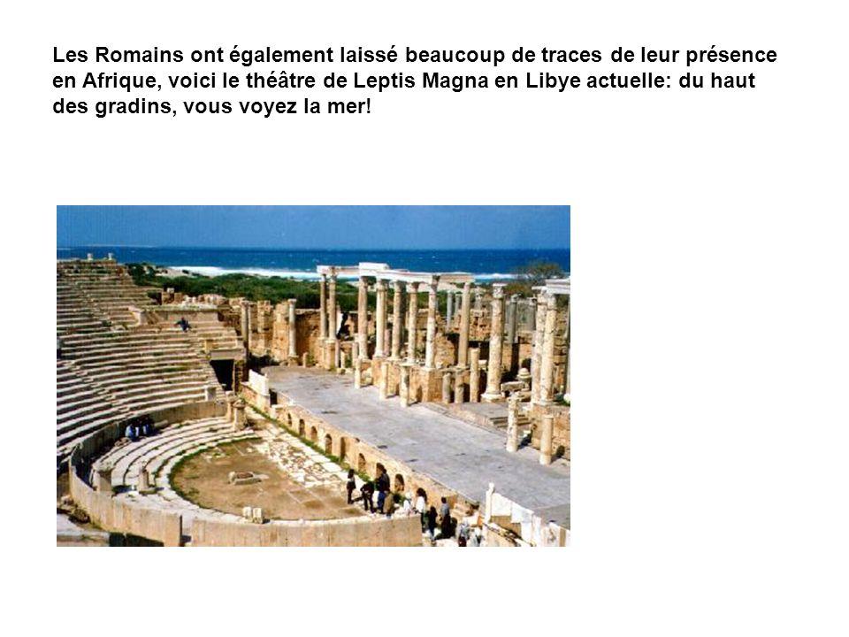 Les Romains ont également laissé beaucoup de traces de leur présence en Afrique, voici le théâtre de Leptis Magna en Libye actuelle: du haut des gradi