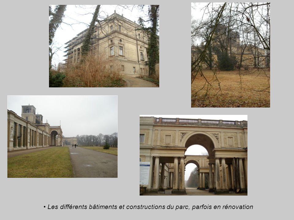 Les différents bâtiments et constructions du parc, parfois en rénovation