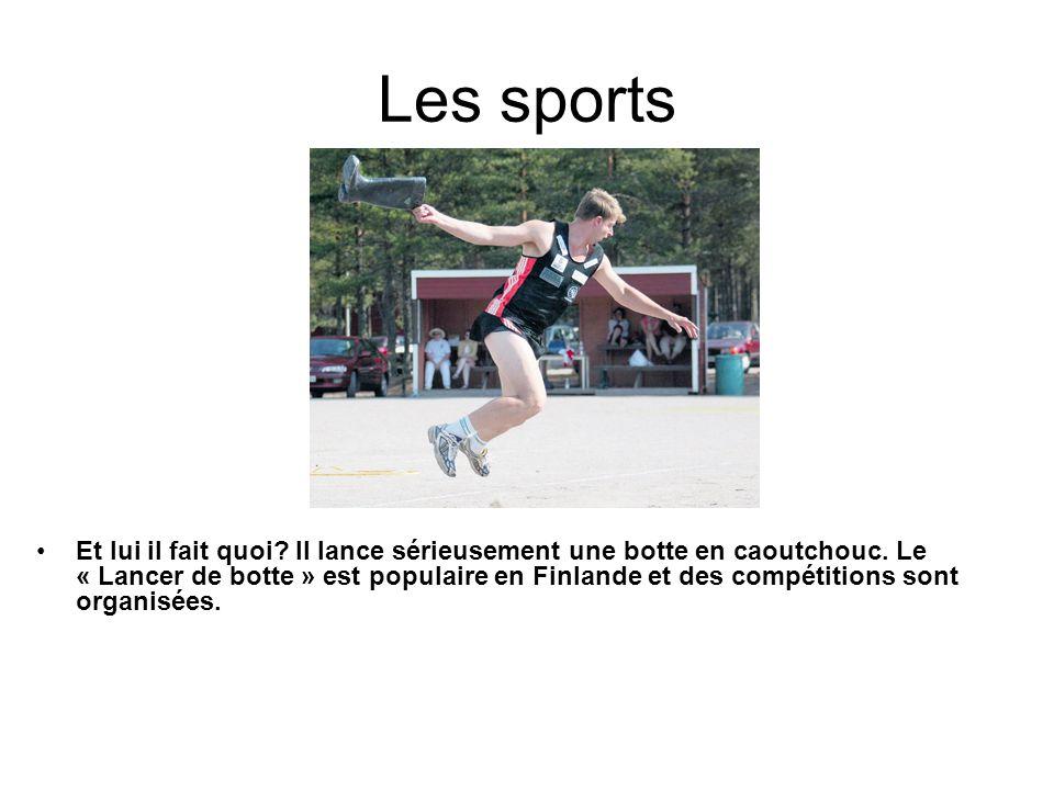 Les sports Et lui il fait quoi? Il lance sérieusement une botte en caoutchouc. Le « Lancer de botte » est populaire en Finlande et des compétitions so