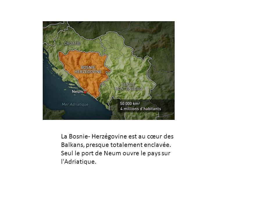 La Bosnie- Herzégovine est au cœur des Balkans, presque totalement enclavée. Seul le port de Neum ouvre le pays sur l'Adriatique.