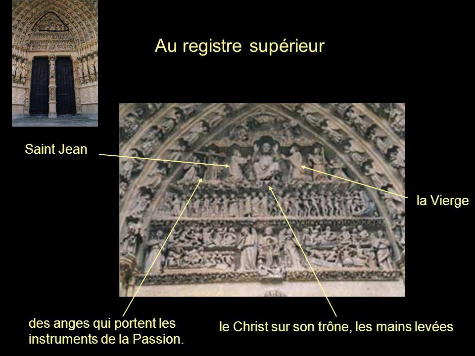 le Christ sur son trône, les mains levées Au registre supérieur la Vierge Saint Jean des anges qui portent les instruments de la Passion.