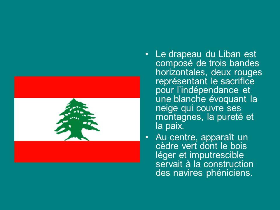 Le drapeau du Liban est composé de trois bandes horizontales, deux rouges représentant le sacrifice pour lindépendance et une blanche évoquant la neige qui couvre ses montagnes, la pureté et la paix.
