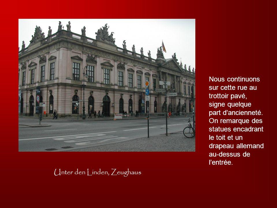 Unter den Linden, Zeughaus Nous continuons sur cette rue au trottoir pavé, signe quelque part dancienneté. On remarque des statues encadrant le toit e