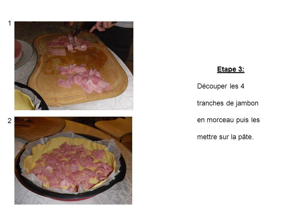 Etape 2: Dérouler la pâte à tarte dans le moule puis la piquer avec une fourchette pour que la pâte ne gonfle pas.