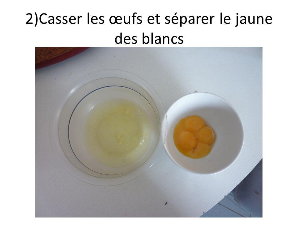 2)Casser les œufs et séparer le jaune des blancs