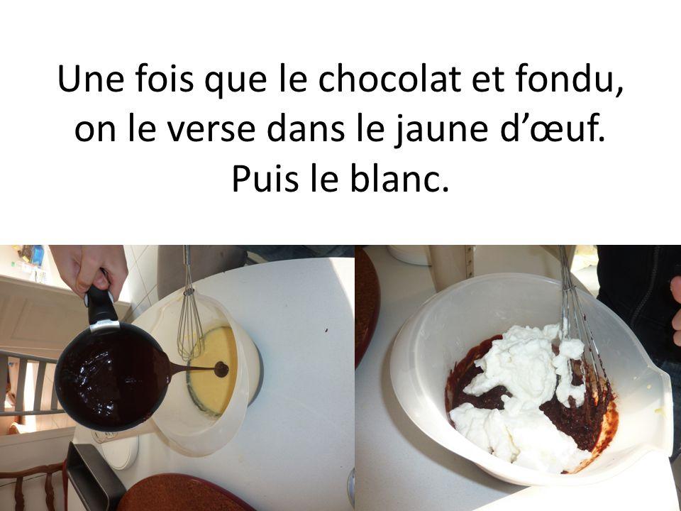 Une fois que le chocolat et fondu, on le verse dans le jaune dœuf. Puis le blanc.